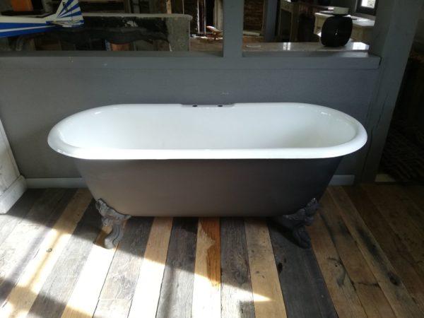baignoire noir et blanche avec pieds noirs