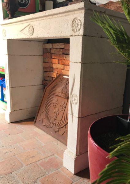 motifs sur cheminee blanche de chambre