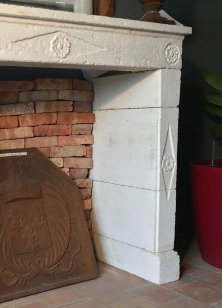 cheminée ancienne pour chambre peinte en blanc