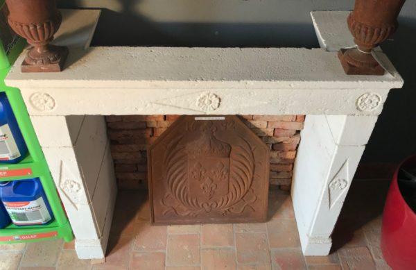 cheminee blanche en pierre chambre