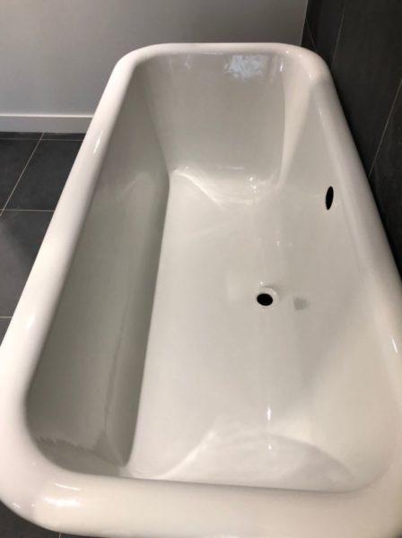 interieur de la baignoire ancienne et retro blanche