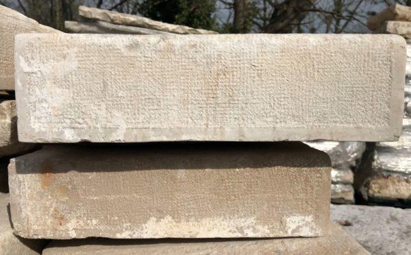 marches vu de près en pierre calcaire