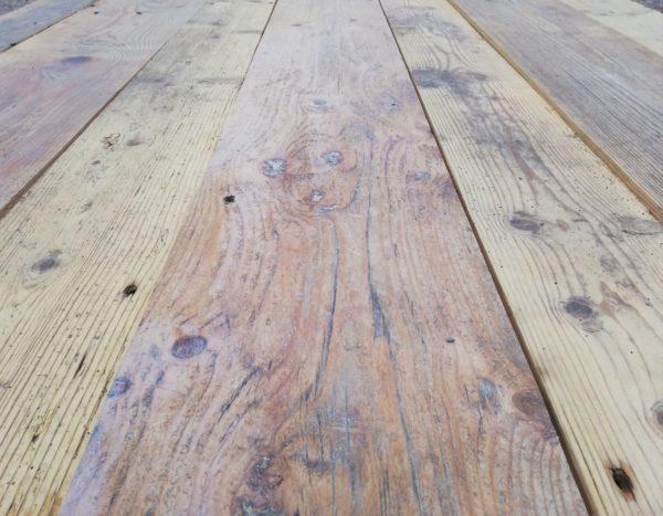 plancher ancien à la teinte clair en sapin