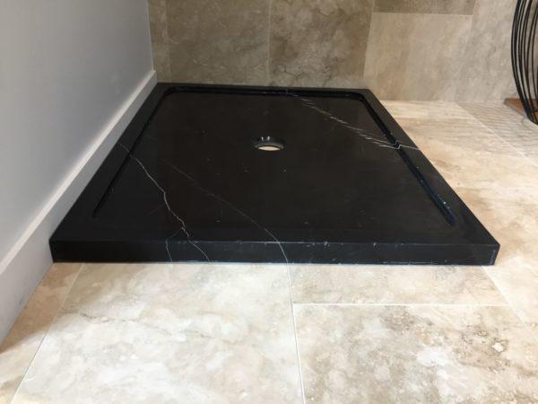 receveur de douche de profil en marbre noir