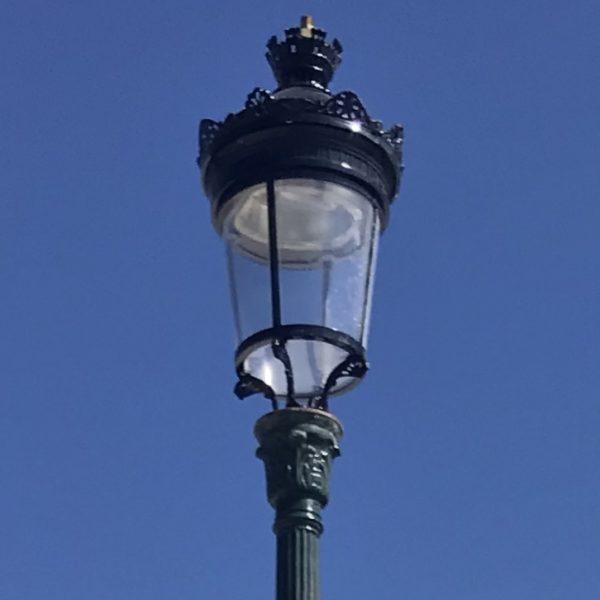 partie haute du lampadaire ancien de paris