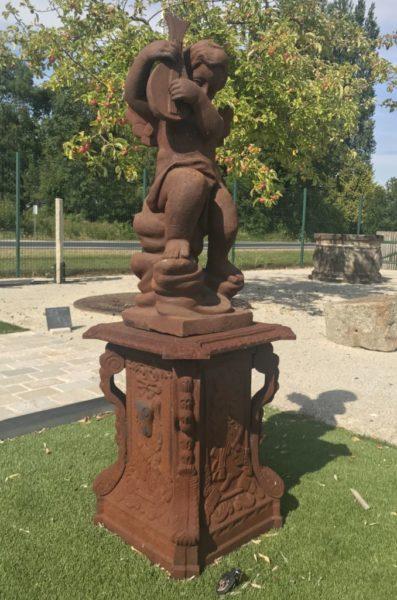 angelors statue ancienne avec le socle en fonte