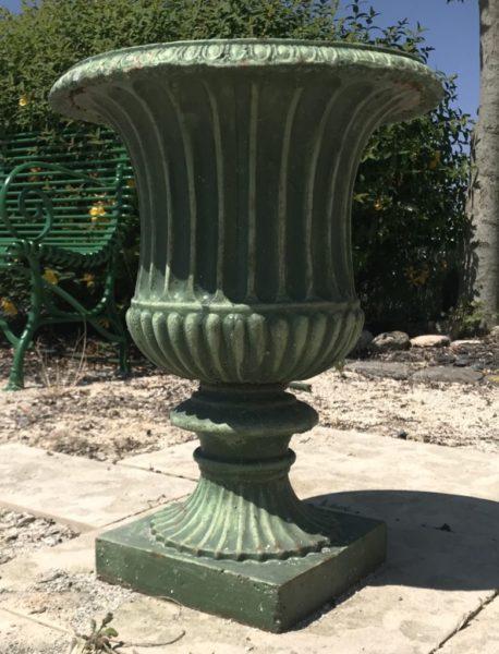vase ancien en fonte vert avec ombre