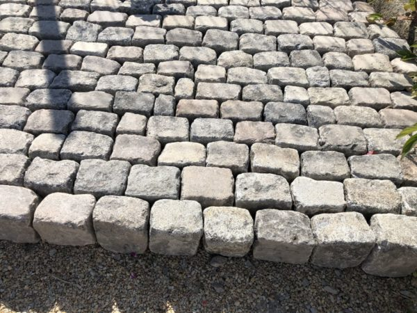 stock de nos pavés anciens en granit pour votre projet