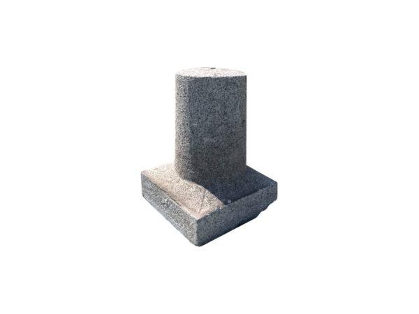 petite borne ancienne en pierre granit