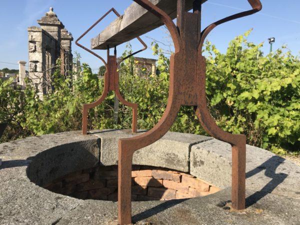 puits composé de fer briques et pierre granit