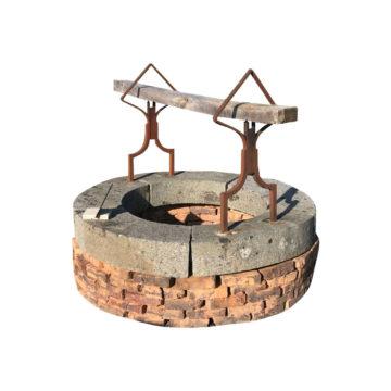 puits ancien en granit et en briques, fer forgé