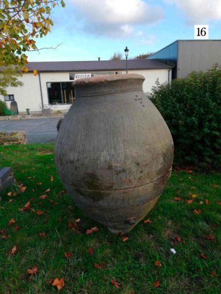ancienne jarre en terre cuite grise au format 16