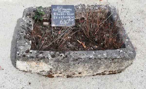 auge rectangulaire en pierre ancienne