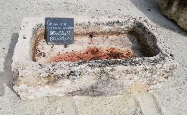 auge rustique en pierre