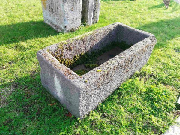 element de jardin ancien auge en pierre volcanique