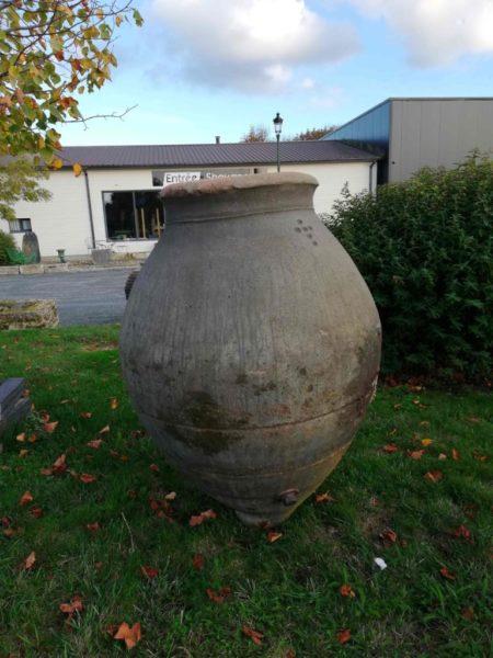 jarre antique de style amphore pour jardin ancien