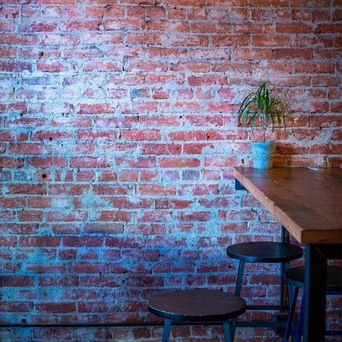 mur en brique ancienne realisation dans un bar