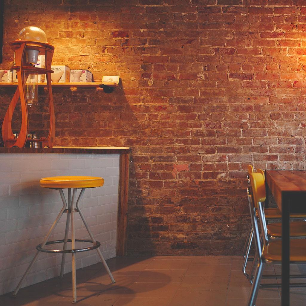 mur en brique dans un restaurant chaleureux