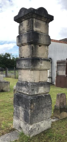 notre paires de piliers anciens beige et noir