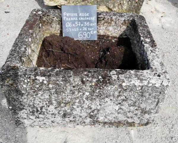 petite auge carree ancienne pour planter des fleurs