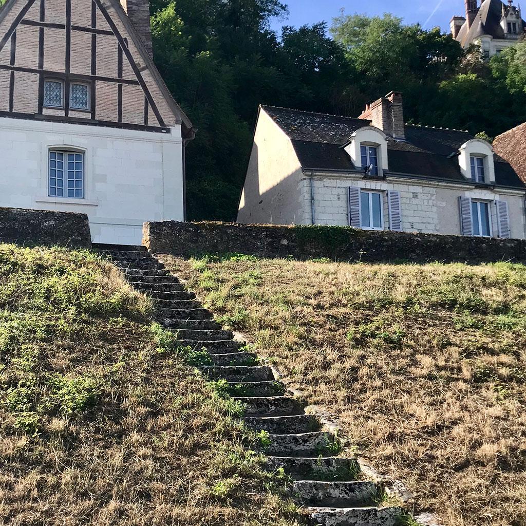 vue éloigné des marches en pierre anciennes