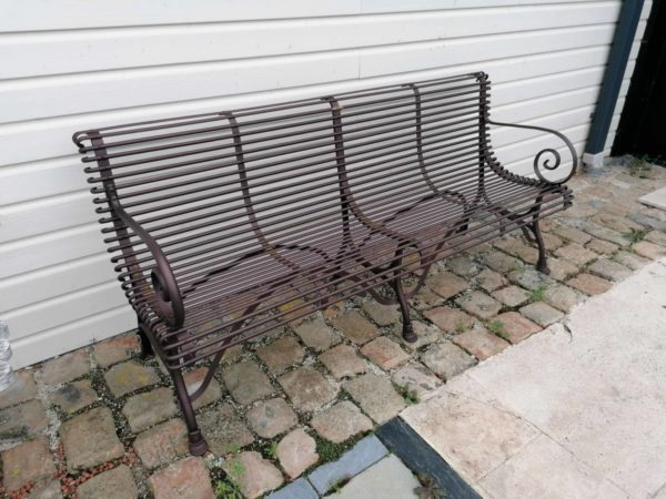 banc ancien composé de métal avec 4 places en exposition extérieur
