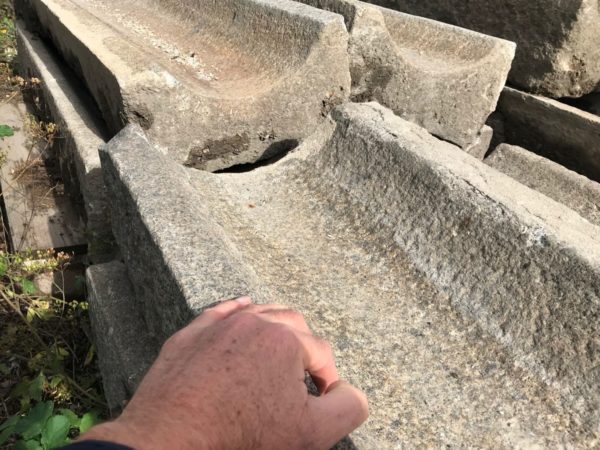 caniveau ancien pour l'écoulement de l'eau dans un jardin