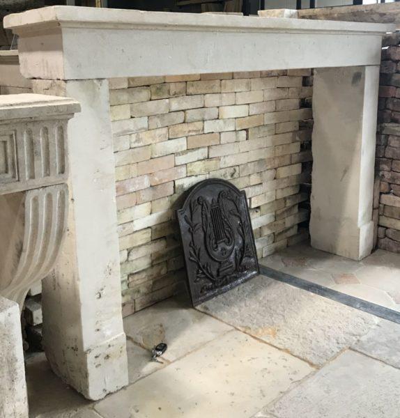 cheminée ancienne de récupération en pierre calcaire