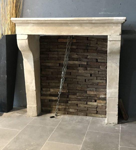 cheminée en pierre calcaire campagnarde très simple