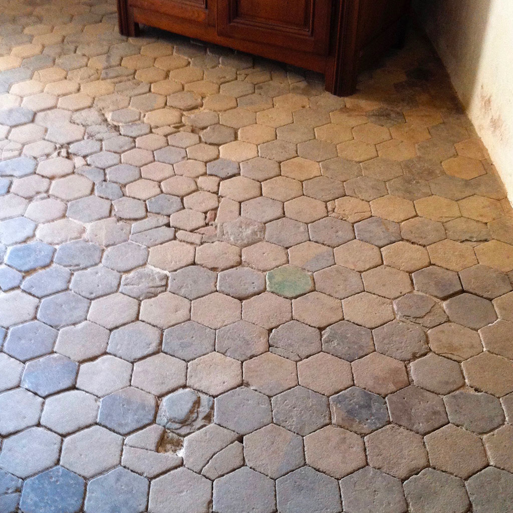 dallage ancien hexagonal dans le chateau de crosville en normandie