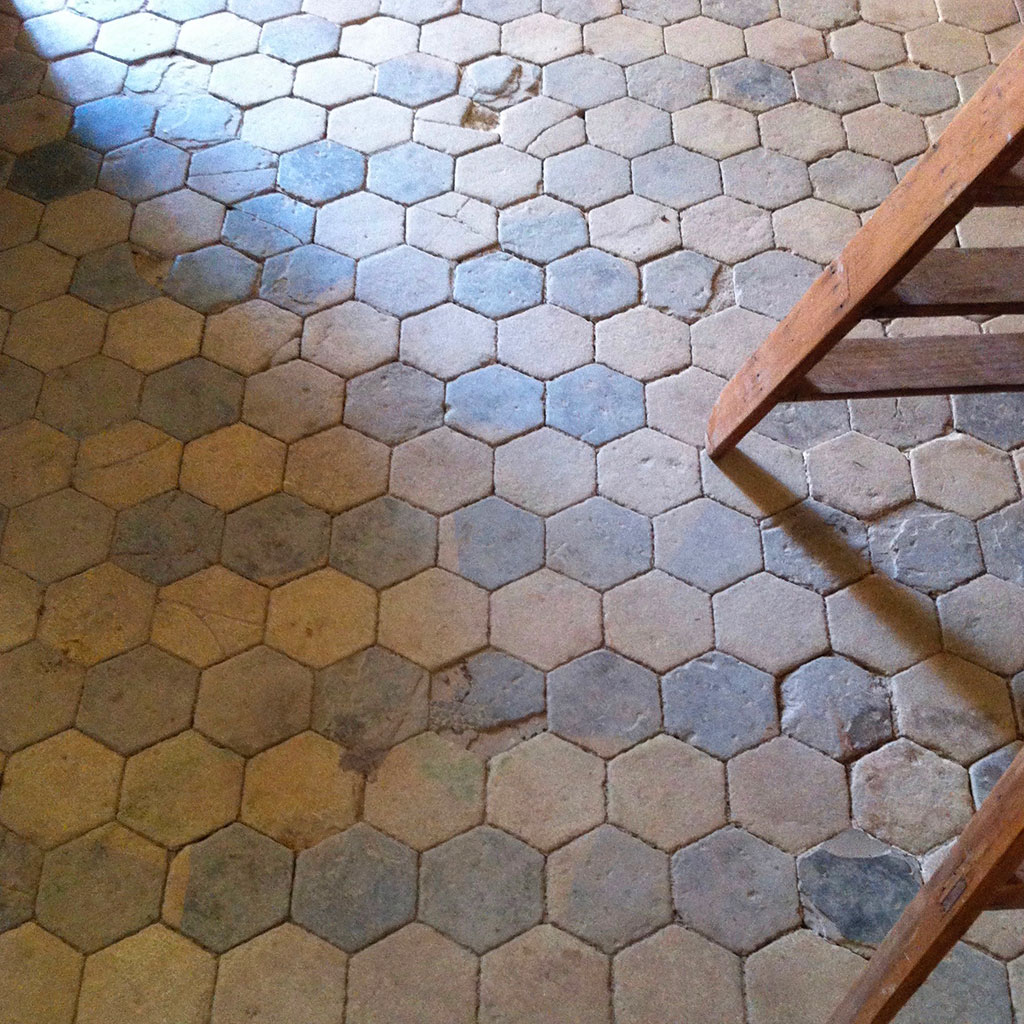 dalle hexagonale ancienne au chateau de crosville