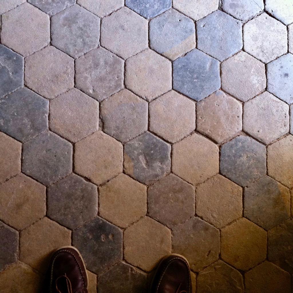 dalles anciennes hexagonales dans le château de normandie