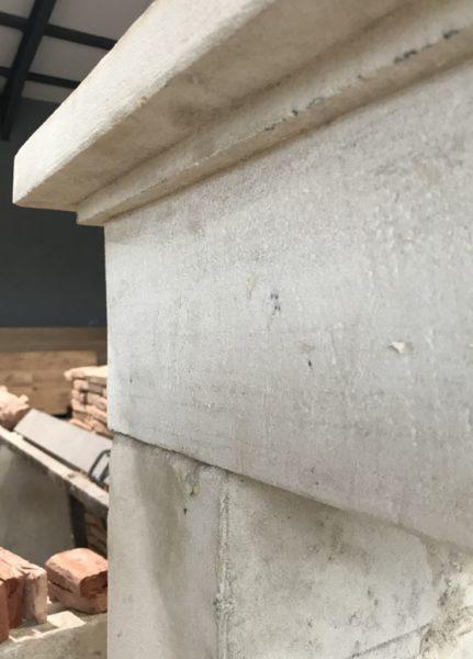 details de la cheminée rustique en pierre calcaire
