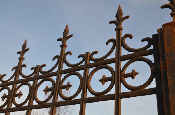 details en hauteur du portail ancien en fonte et fer