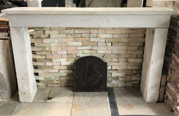 face avant de la cheminée rustique en pierre