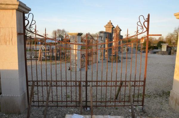 grand portail constitué en composition de fer