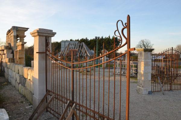 grand portail en fer ancien proche d'un pilier