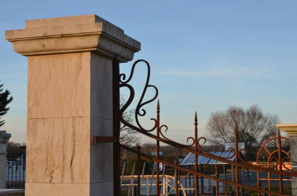 partie haute du grand portail avec un pilier