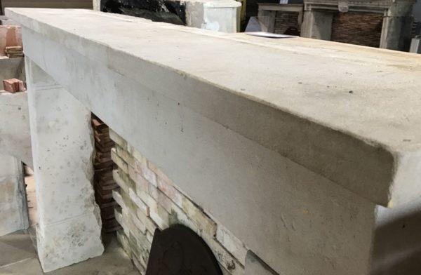 partie supérieure de la cheminée ancienne en pierre rustique