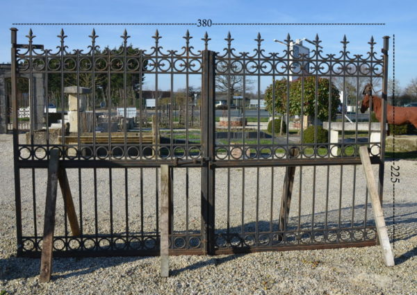 portail ancien formé d'un alliage de fer et de fonte