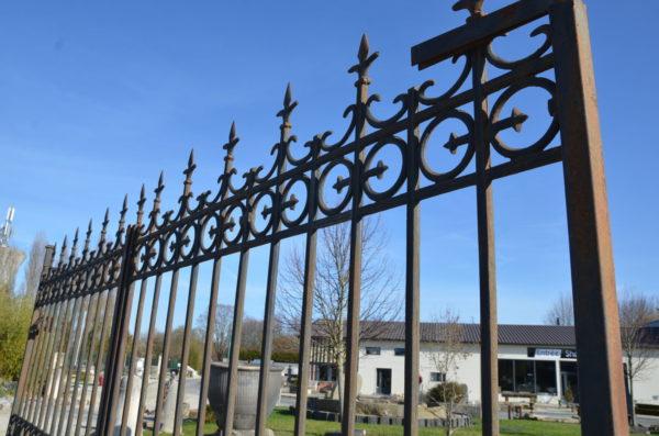 portail ancien composé de fer et de fonte