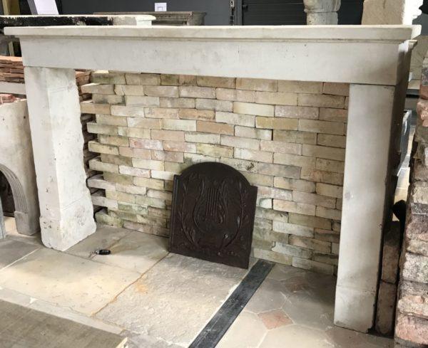 profil de la cheminée rustique en pierre calcaire