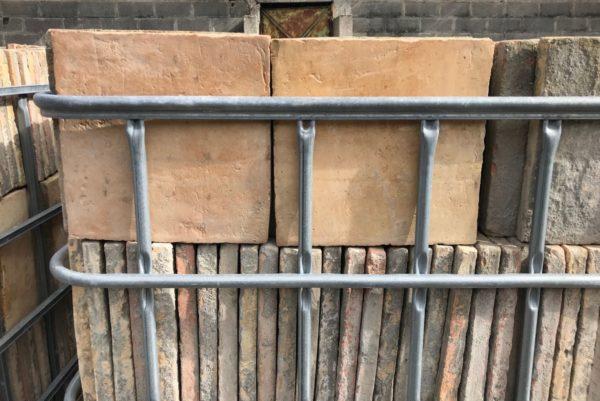 stock de tomettes anciennes de forme carrées aux coloris beige et rouge