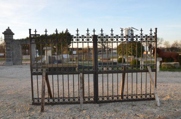 vue du centre de face du portail en fonte et en fer