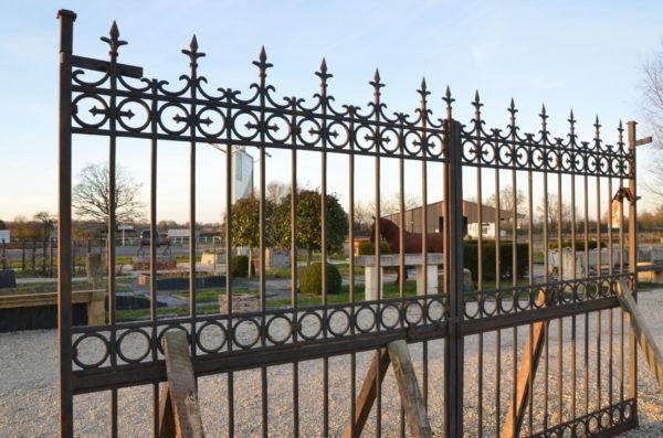 vue de gauche du portail ancien en fer et en fonte