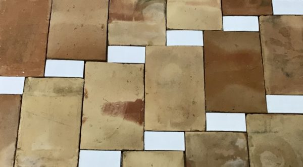 parefeuille ancien avec brique blanche