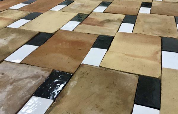 parefeuille avec briques émaillées à deux couleurs