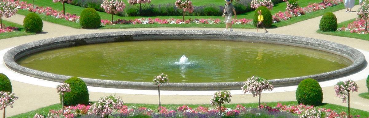 bordure ancien de bassin ancien dans le jardin de Chenonceau