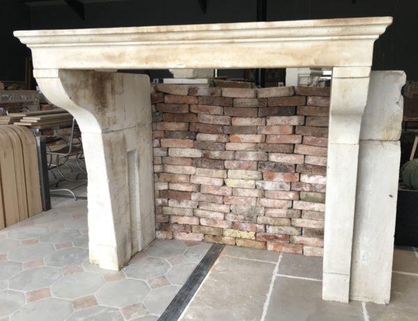 cheminee campagnard avec bloc de pierre ancienne