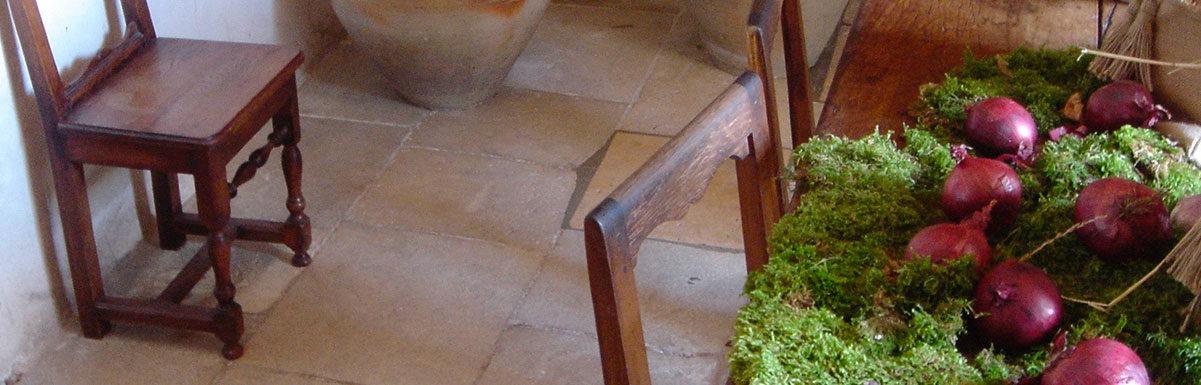 dallage ancien en pierre calcaire intérieur à Chenonceau